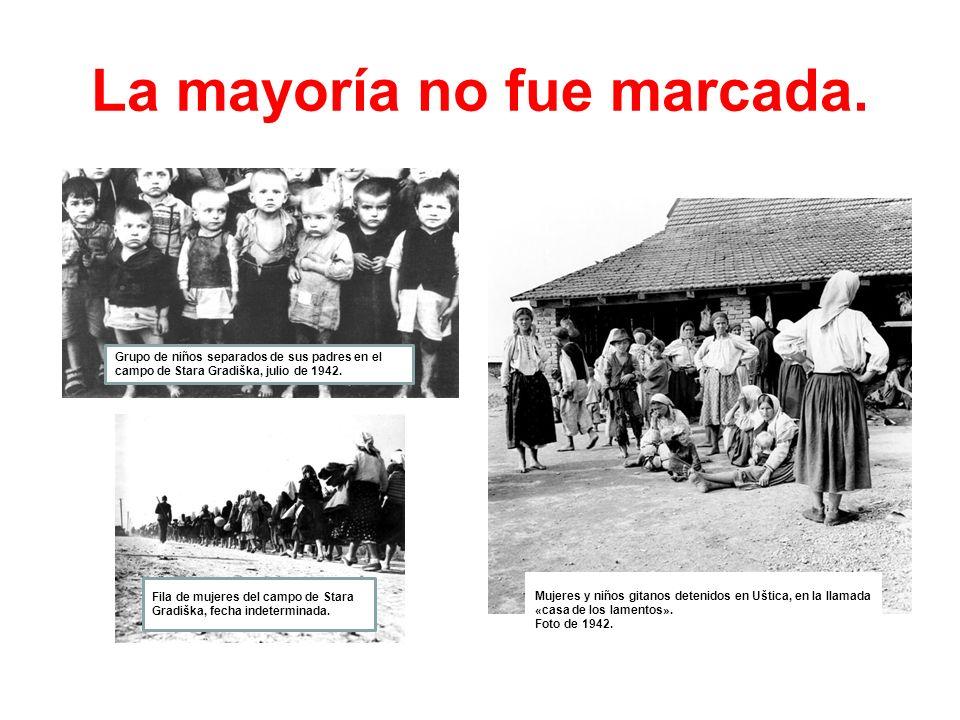 La mayoría no fue marcada. Mujeres y niños gitanos detenidos en Uštica, en la llamada «casa de los lamentos». Foto de 1942. Grupo de niños separados d