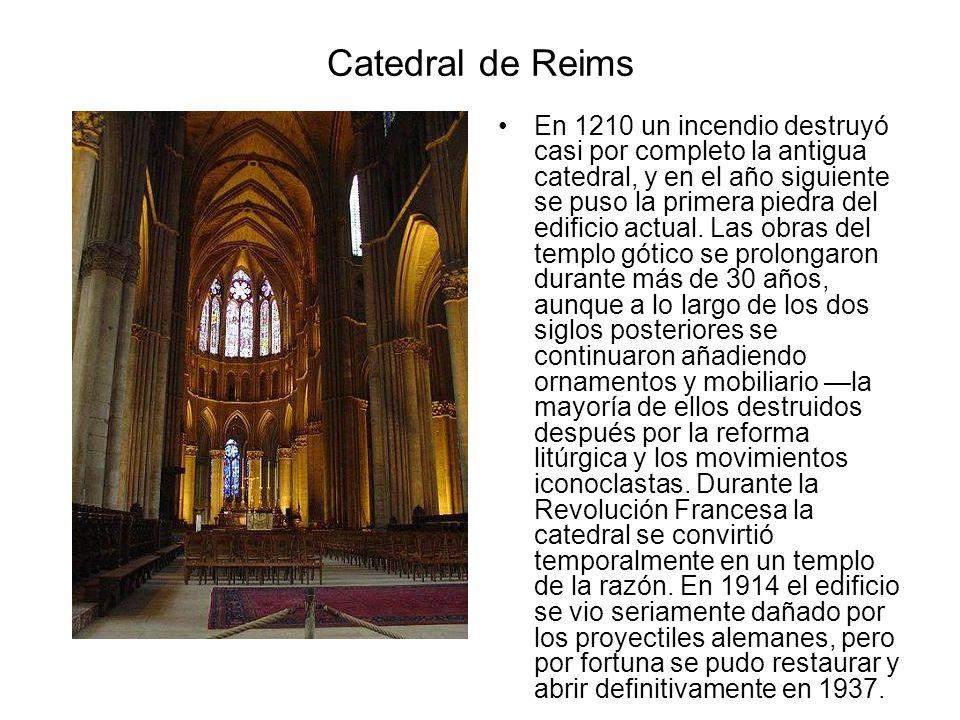 Catedral de Reims En 1210 un incendio destruyó casi por completo la antigua catedral, y en el año siguiente se puso la primera piedra del edificio act