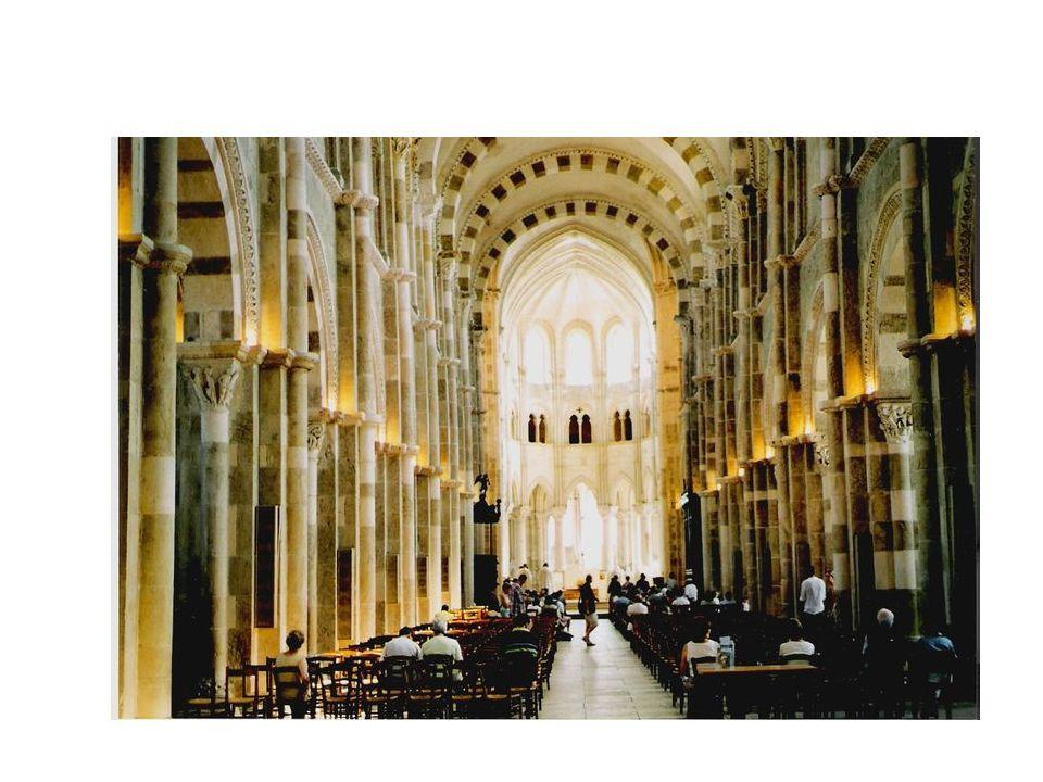 Perigord Características del románico.Cúpulas dispuestas a lo largo de la nave central.