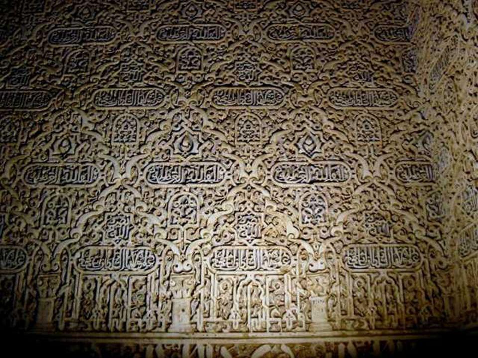 La decoración en yeso puede ser tallada in situ (cuando aún estaba fresco), o mediante el procedimiento del vaciado con empleo de moldes. Esta decorac