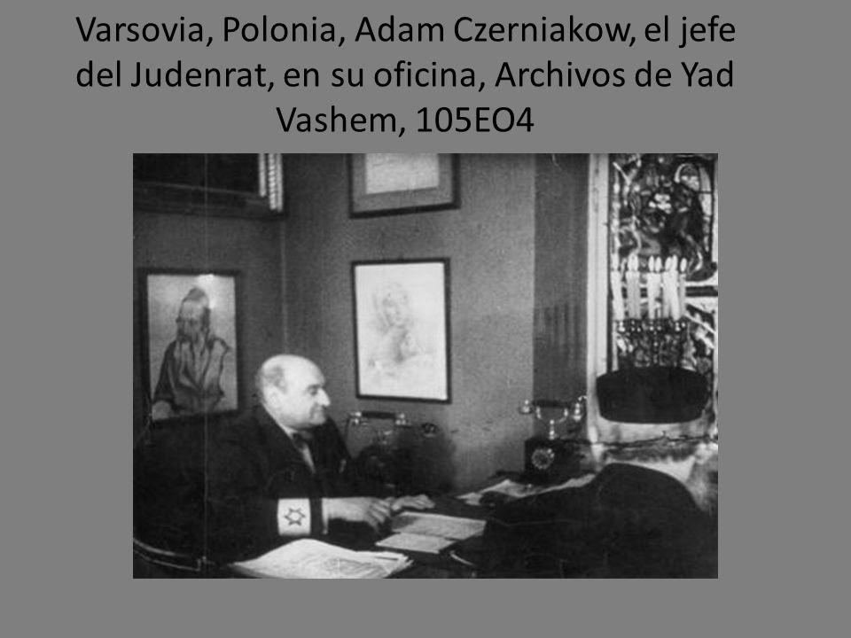 Varsovia, Polonia, Adam Czerniakow, el jefe del Judenrat, en su oficina, Archivos de Yad Vashem, 105EO4