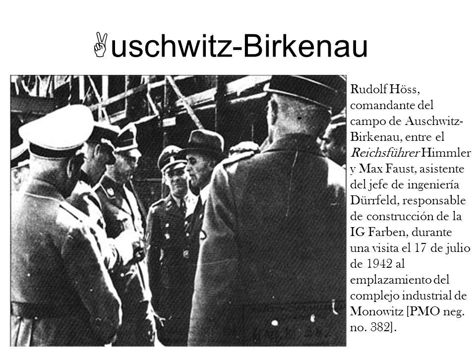 uschwitz-Birkenau Rudolf Höss, comandante del campo de Auschwitz- Birkenau, entre el Reichsführer Himmler y Max Faust, asistente del jefe de ingenierí