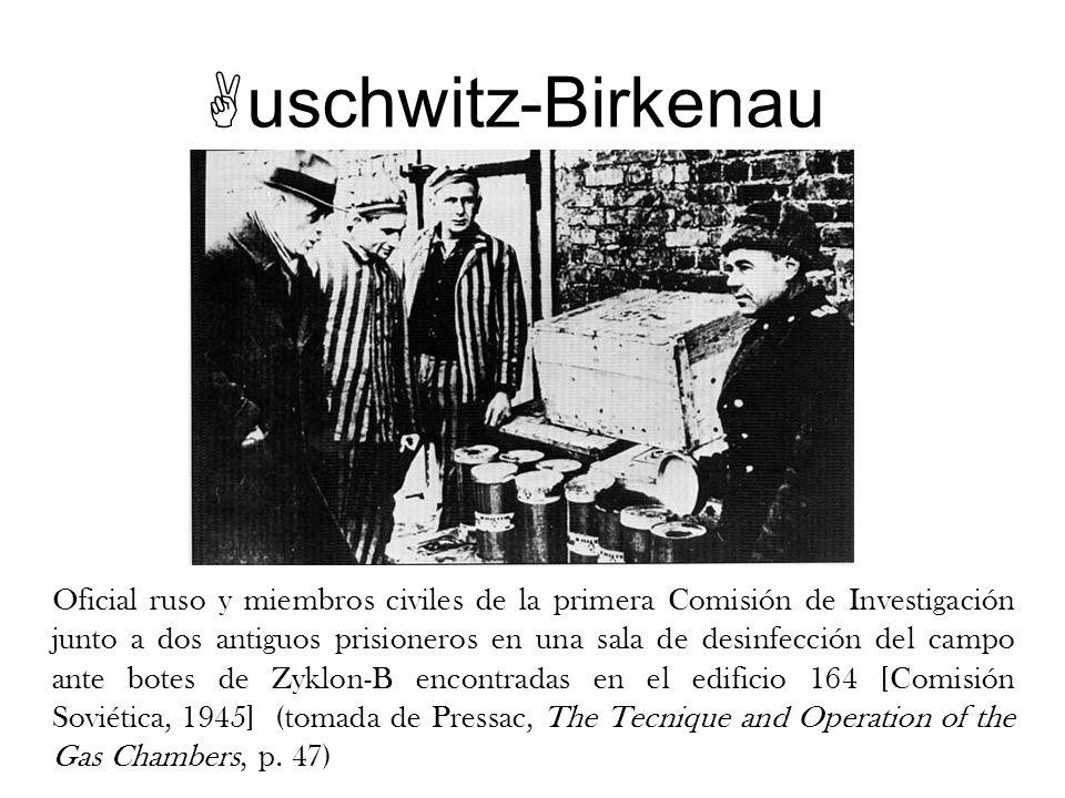 Oficial ruso y miembros civiles de la primera Comisión de Investigación junto a dos antiguos prisioneros en una sala de desinfección del campo ante bo