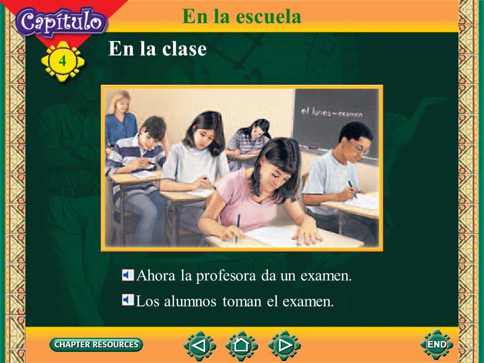 En la clase 4 Los alumnos miran la pizarra. Miran al profesor también. El profesor habla. El profesor explica la lección. Los alumnos escuchan al prof