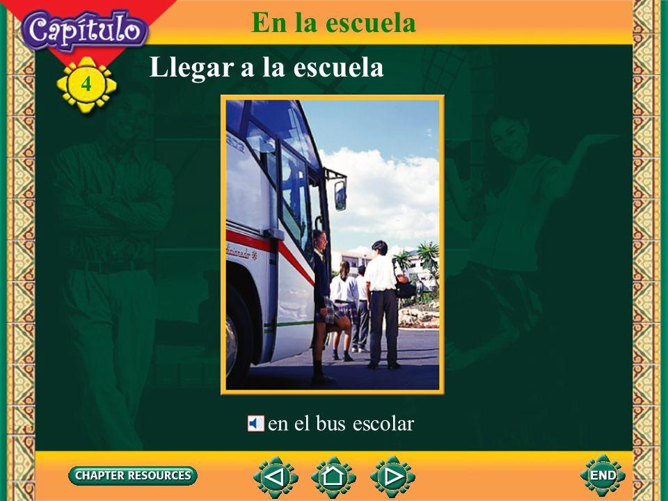 Llegar a la escuela en el bus escolar 4 En la escuela