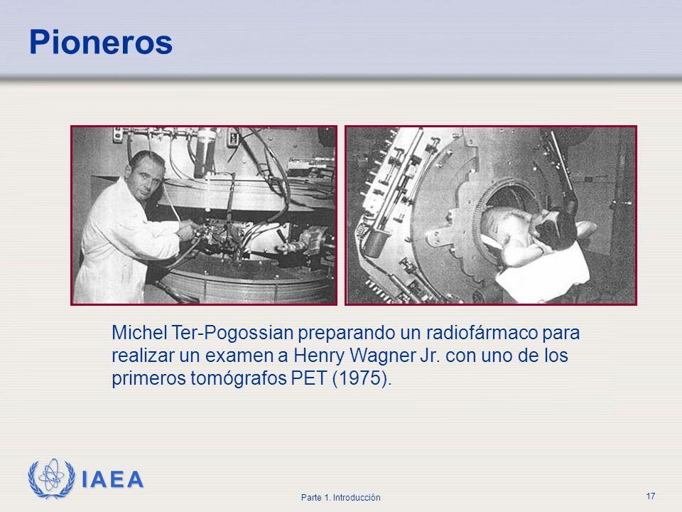 IAEA Parte 1. Introducción 17 Michel Ter-Pogossian preparando un radiofármaco para realizar un examen a Henry Wagner Jr. con uno de los primeros tomóg