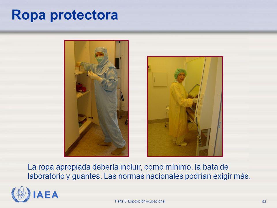 IAEA Parte 5. Exposición ocupacional 52 Ropa protectora La ropa apropiada debería incluir, como mínimo, la bata de laboratorio y guantes. Las normas n