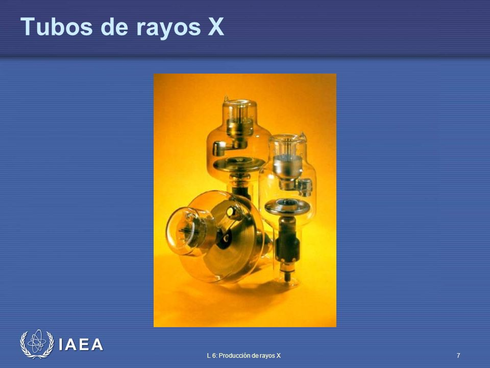 IAEA L 6: Producción de rayos X8 Componentes del tubo de rayos X Cátodo: filamento que, al calentarse, es la fuente del haz de electrones dirigido hacia el ánodo – filamento de wolframio Ánodo (estacionario o rotatorio): recibe el impacto de los electrones y emite rayos X Vidrio (o metal) que encapsula el tubo (los electrones se mueven en vacío) Material de blindaje (protección frente a la radiación dispersa)