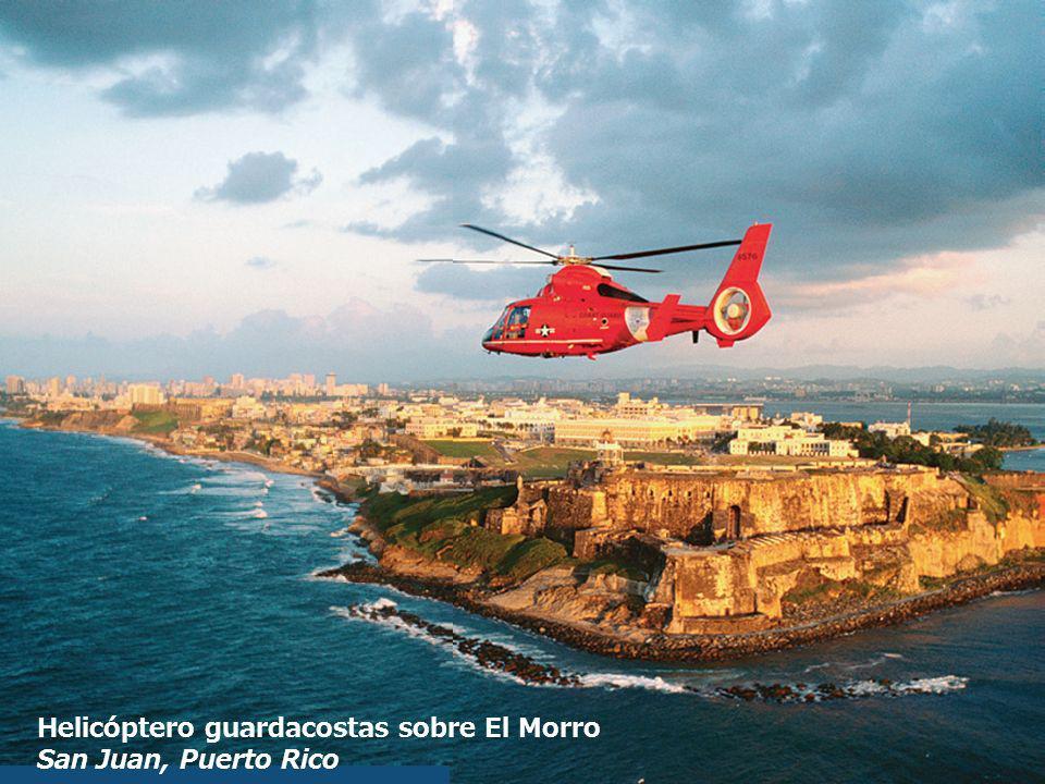 Helicóptero guardacostas sobre El Morro San Juan, Puerto Rico