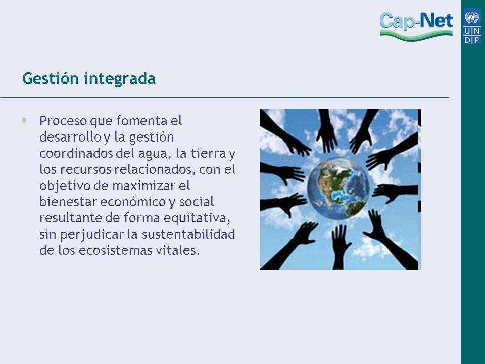 Gestión integrada Proceso que fomenta el desarrollo y la gestión coordinados del agua, la tierra y los recursos relacionados, con el objetivo de maxim