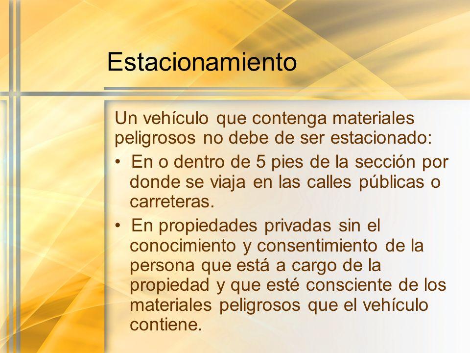 Estacionamiento Un vehículo que contenga materiales peligrosos no debe de ser estacionado: En o dentro de 5 pies de la sección por donde se viaja en l