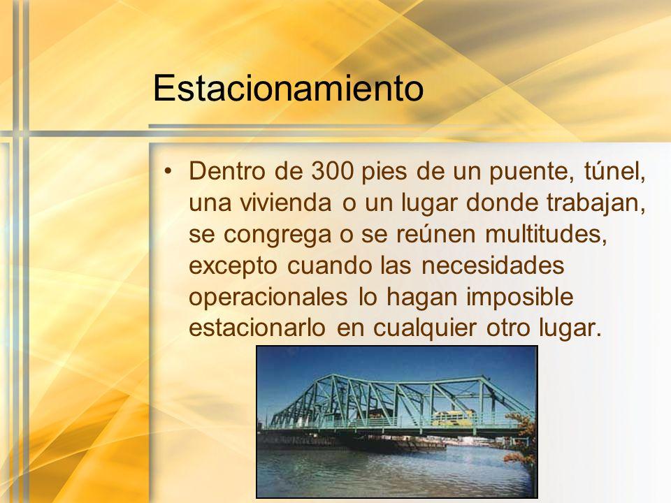 Estacionamiento Dentro de 300 pies de un puente, túnel, una vivienda o un lugar donde trabajan, se congrega o se reúnen multitudes, excepto cuando las