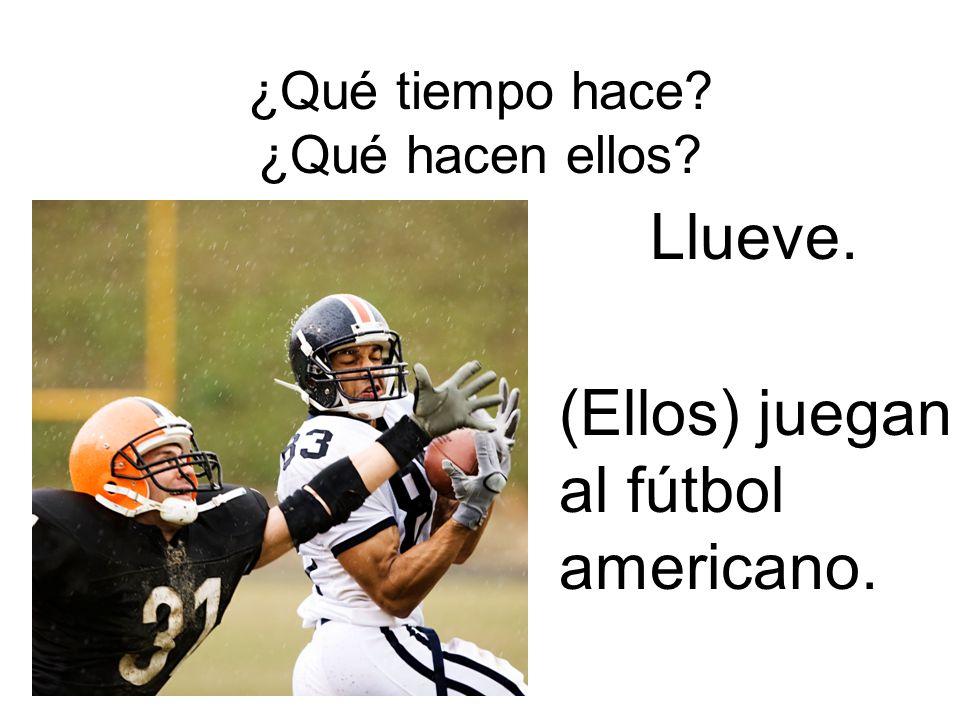 ¿Qué tiempo hace? ¿Qué hacen ellos? Llueve. (Ellos) juegan al fútbol americano.