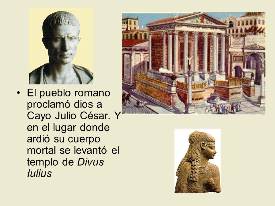 El pueblo romano proclamó dios a Cayo Julio César. Y en el lugar donde ardió su cuerpo mortal se levantó el templo de Divus Iulius