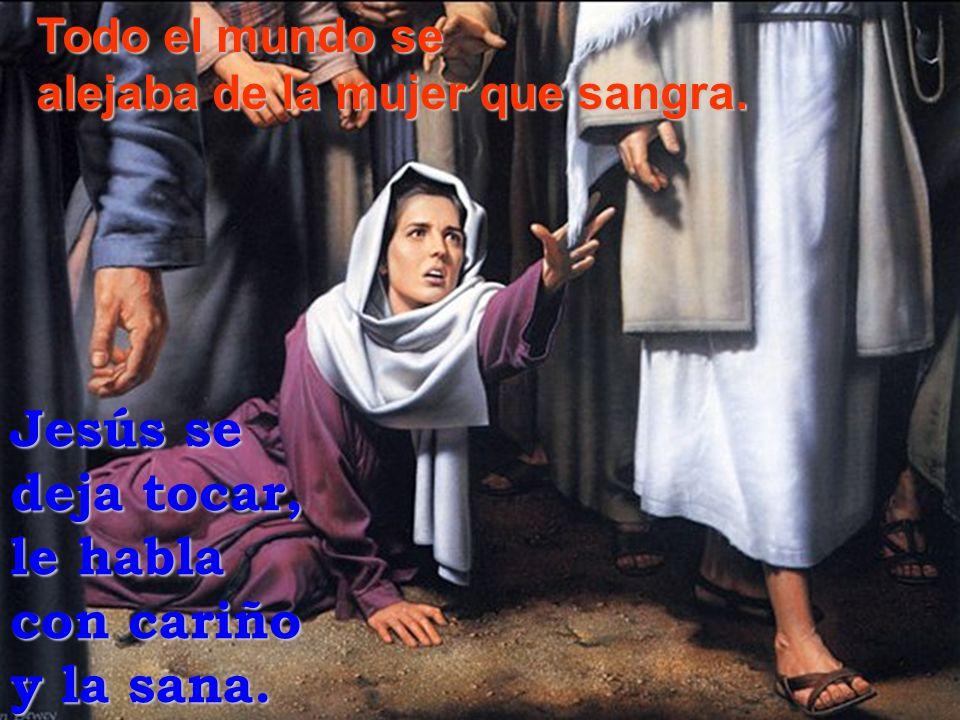 Todo el mundo se alejaba de la mujer que sangra. Jesús se deja tocar, le habla con cariño y la sana.