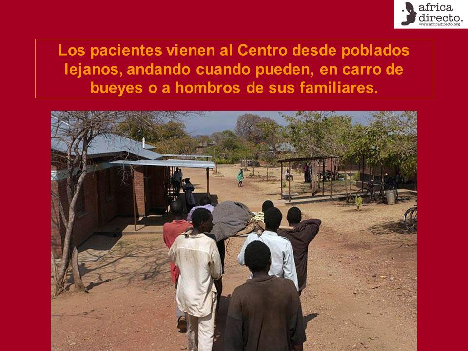 Los pacientes vienen al Centro desde poblados lejanos, andando cuando pueden, en carro de bueyes o a hombros de sus familiares.