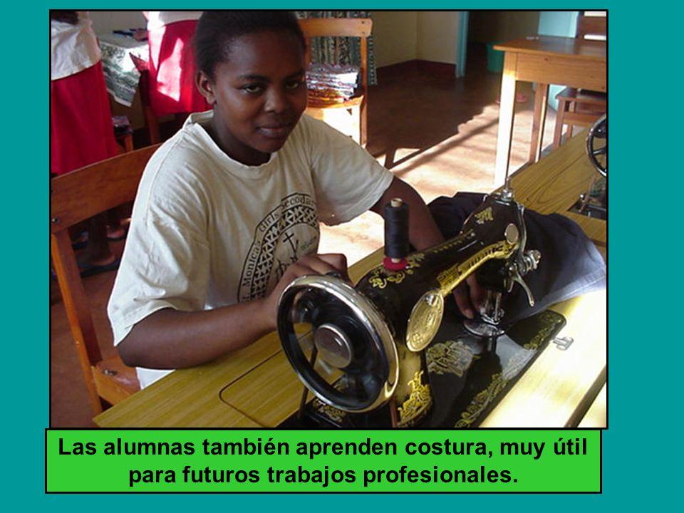 Las alumnas también aprenden costura, muy útil para futuros trabajos profesionales.