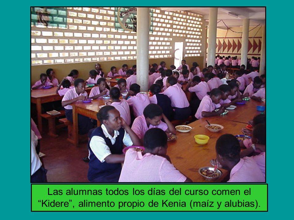 Las alumnas todos los días del curso comen el Kidere, alimento propio de Kenia (maíz y alubias).