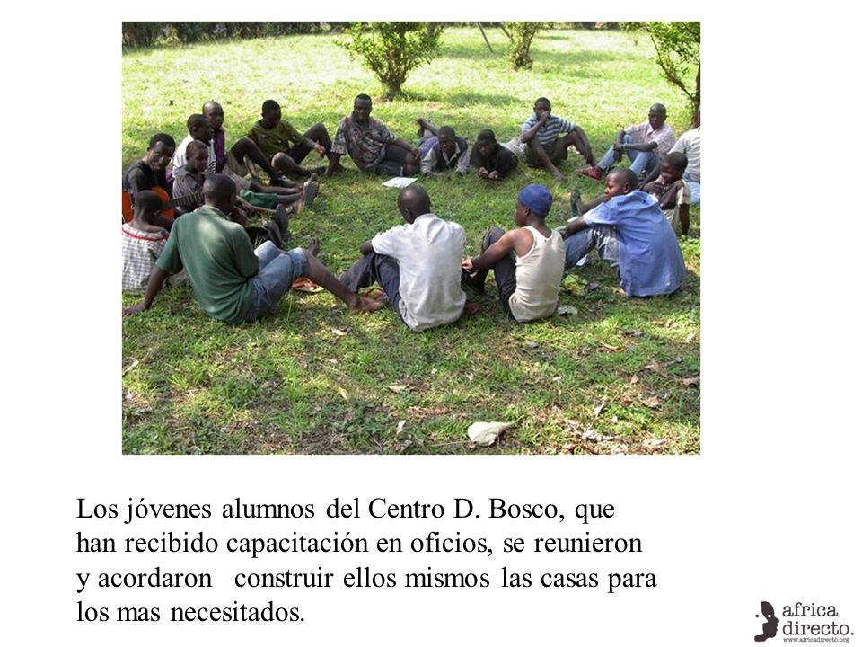 Los jóvenes alumnos del Centro D. Bosco, que han recibido capacitación en oficios, se reunieron y acordaron construir ellos mismos las casas para los