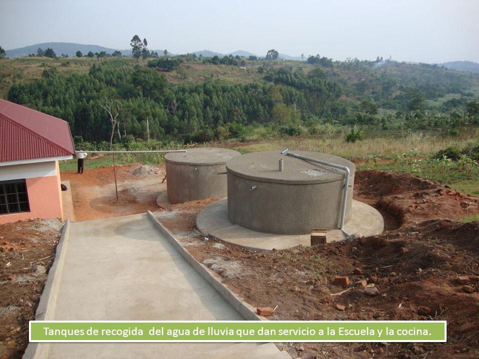 Tanques de recogida del agua de lluvia que dan servicio a la Escuela y la cocina.