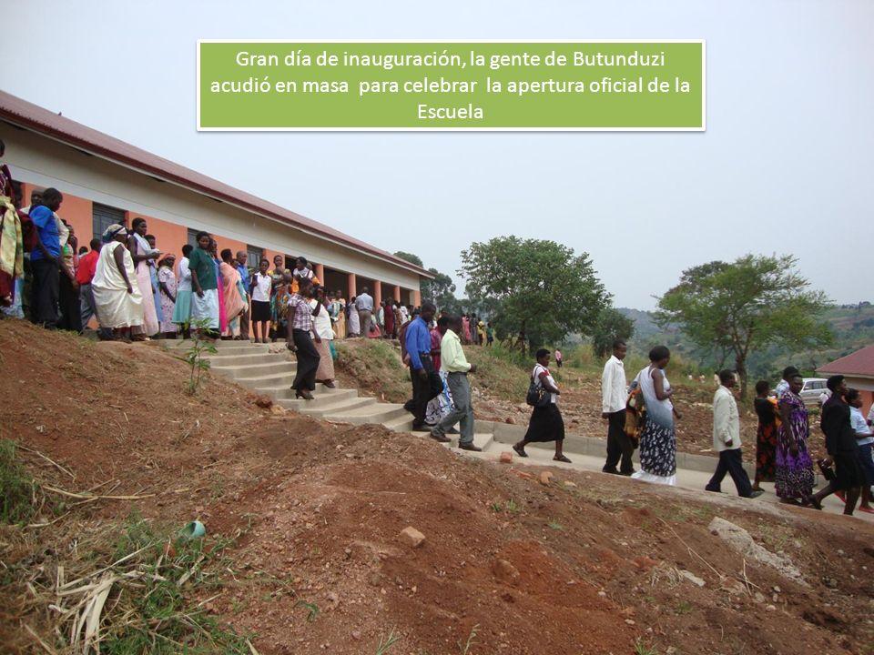 Gran día de inauguración, la gente de Butunduzi acudió en masa para celebrar la apertura oficial de la Escuela