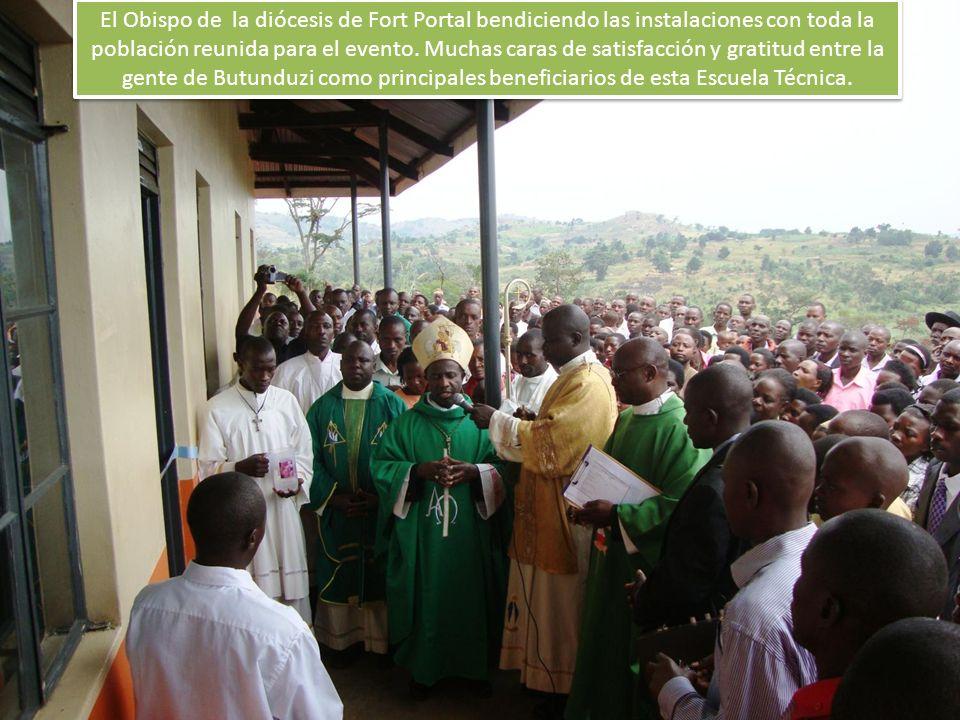 El Obispo de la diócesis de Fort Portal bendiciendo las instalaciones con toda la población reunida para el evento.