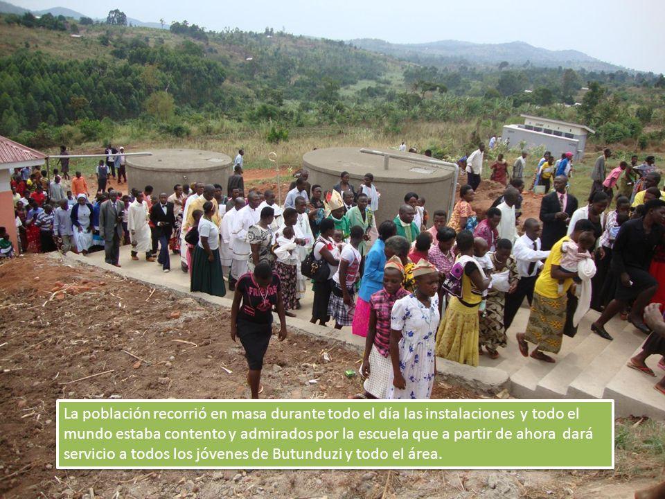La población recorrió en masa durante todo el día las instalaciones y todo el mundo estaba contento y admirados por la escuela que a partir de ahora dará servicio a todos los jóvenes de Butunduzi y todo el área.