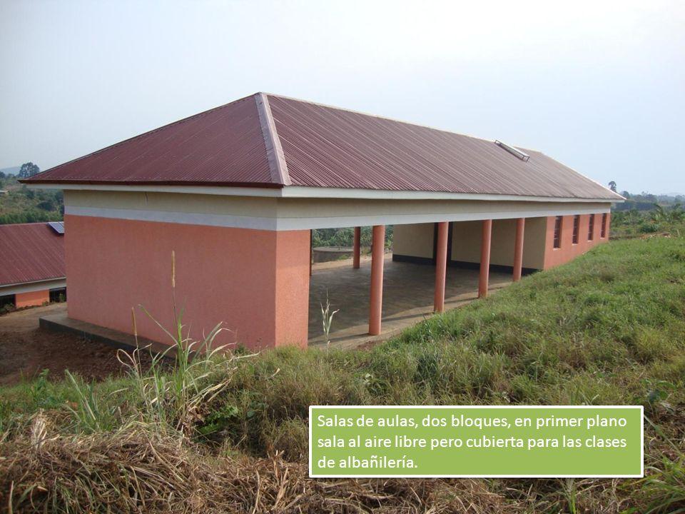 Salas de aulas, dos bloques, en primer plano sala al aire libre pero cubierta para las clases de albañilería.