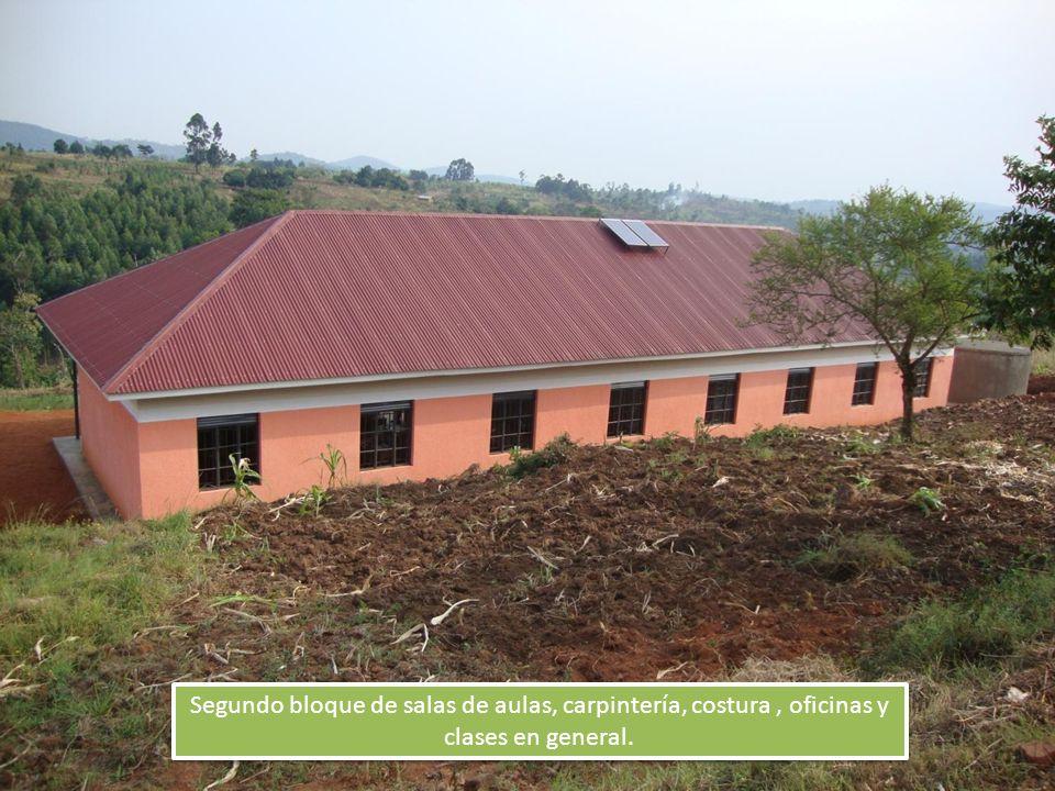 Segundo bloque de salas de aulas, carpintería, costura, oficinas y clases en general.