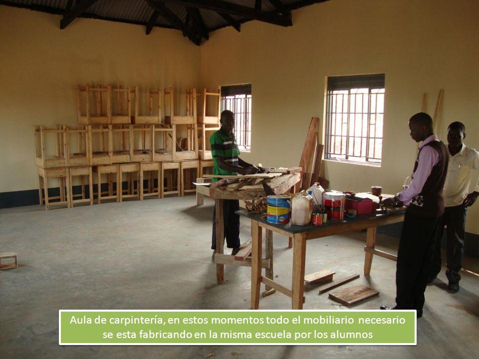 Aula de carpintería, en estos momentos todo el mobiliario necesario se esta fabricando en la misma escuela por los alumnos
