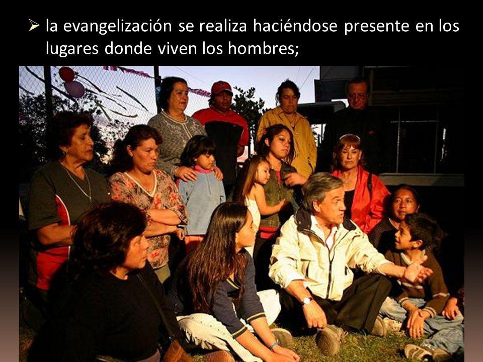 la evangelización se realiza haciéndose presente en los lugares donde viven los hombres;