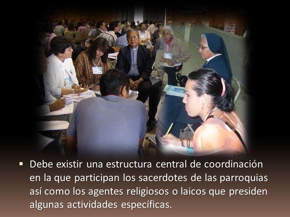 Debe existir una estructura central de coordinación en la que participan los sacerdotes de las parroquias así como los agentes religiosos o laicos que