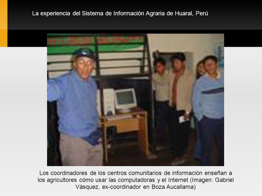 La experiencia del Sistema de Información Agraria de Huaral, Perú Los coordinadores de los centros comunitarios de información enseñan a los agriculto