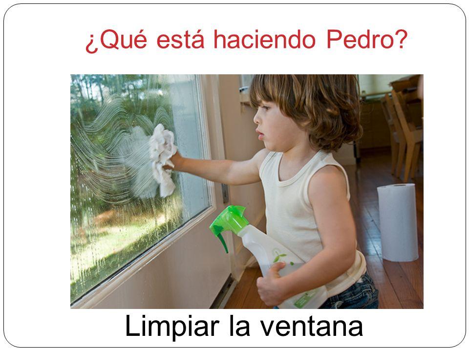 ¿Qué está haciendo Pedro? Limpiar la ventana