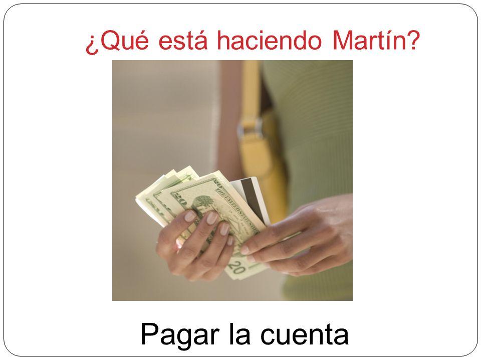 ¿Qué está haciendo Martín? Pagar la cuenta