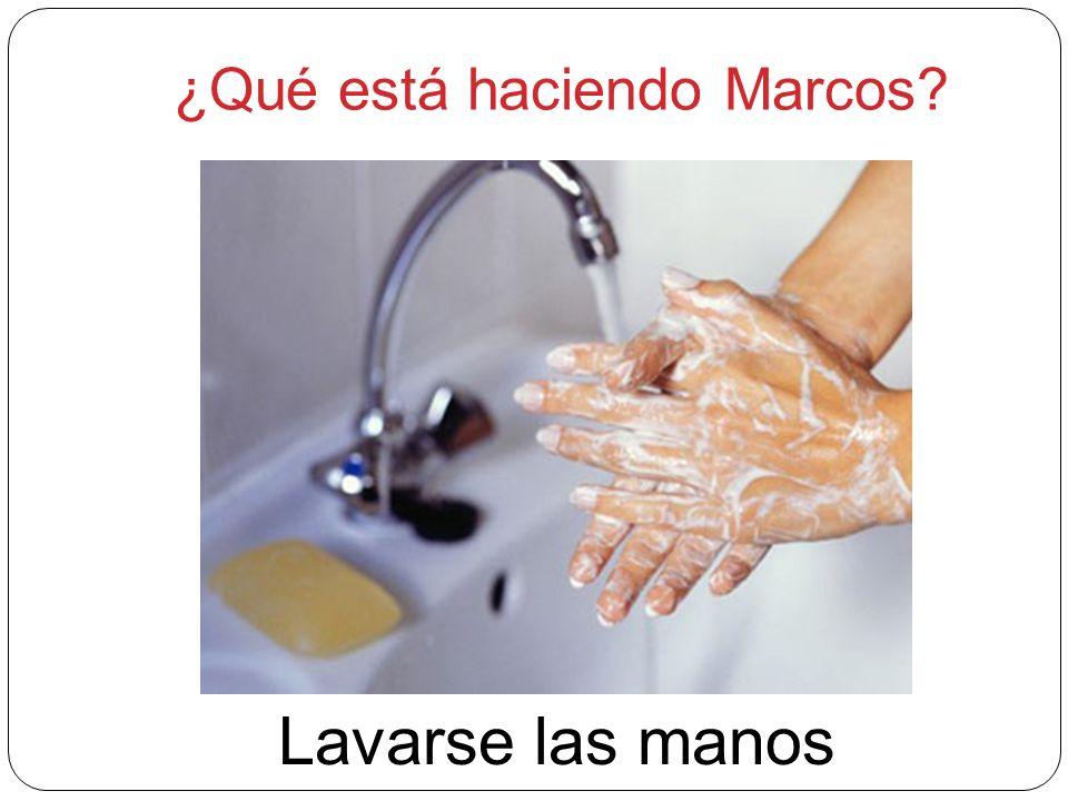 ¿Qué está haciendo Marcos? Lavarse las manos