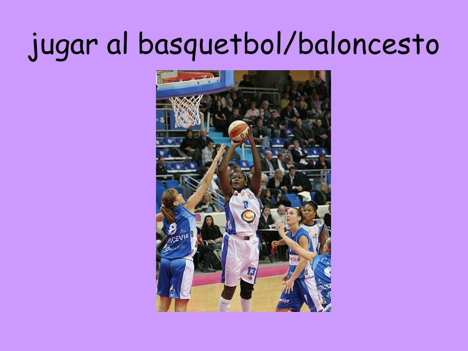 jugar al basquetbol/baloncesto