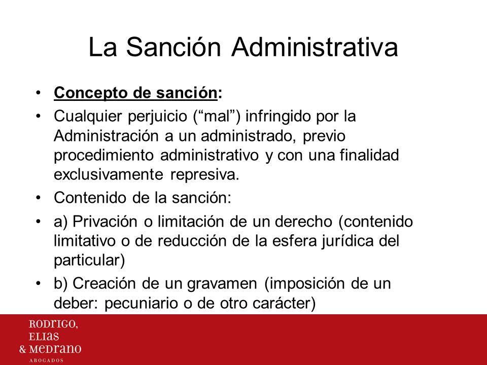 La Sanción Administrativa Concepto de sanción: Cualquier perjuicio (mal) infringido por la Administración a un administrado, previo procedimiento admi