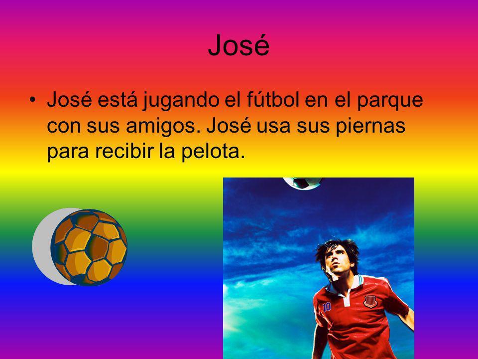 José está jugando el fútbol en el parque con sus amigos.