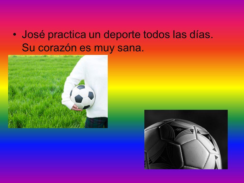 José está jugando el fútbol en el parque con sus amigos. José usa sus piernas para recibir la pelota. José
