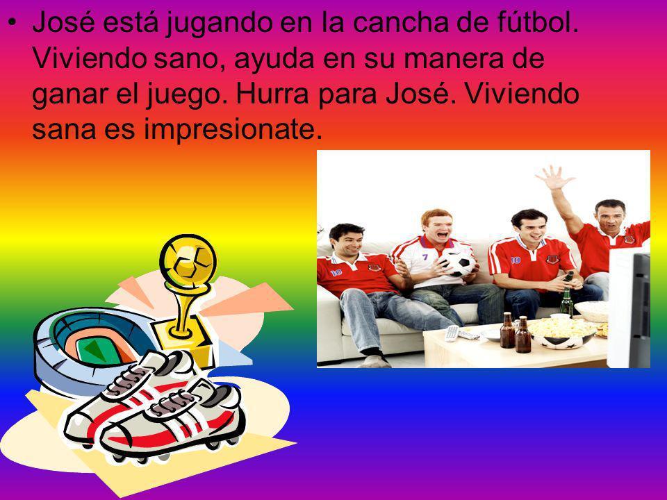 José está jugando en la cancha de fútbol.Viviendo sano, ayuda en su manera de ganar el juego.
