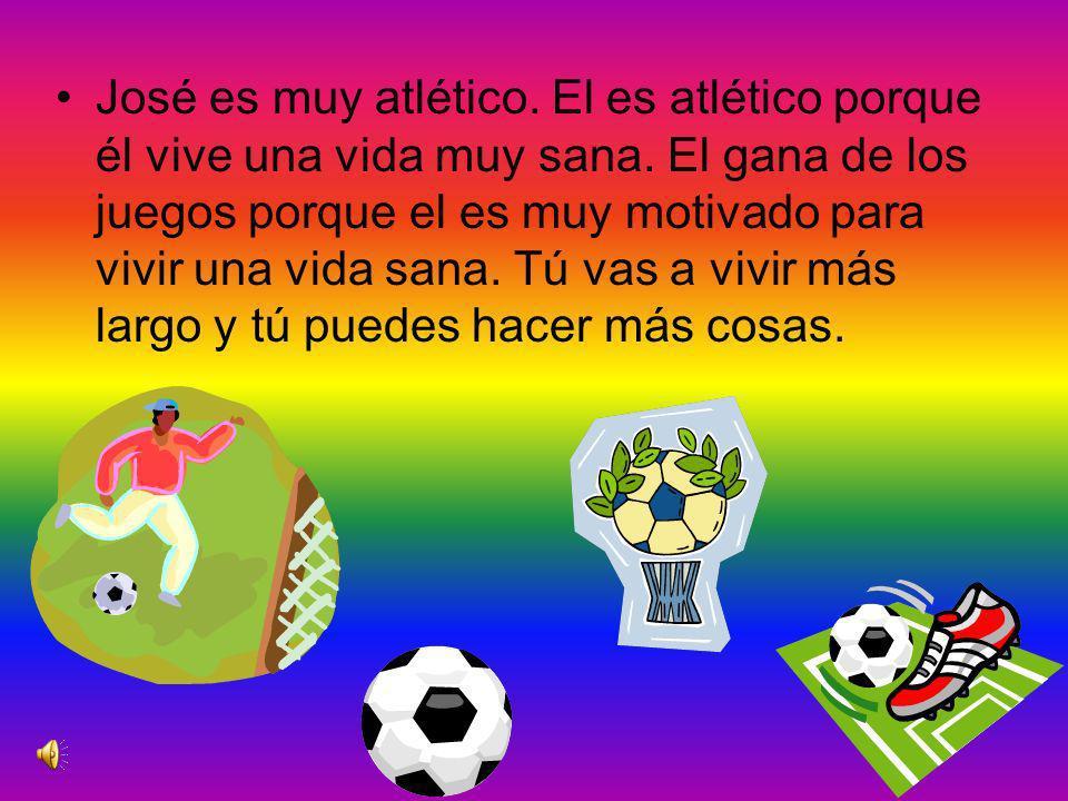 José está jugando en la cancha de fútbol. Viviendo sano, ayuda en su manera de ganar el juego.