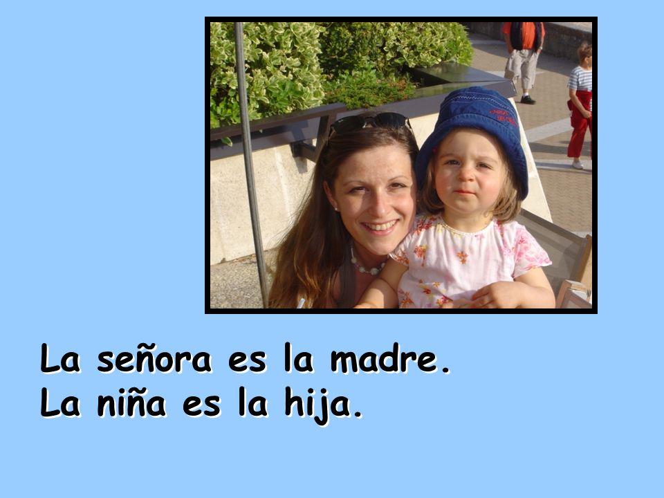 La señora es la madre. La niña es la hija. La señora es la madre. La niña es la hija.