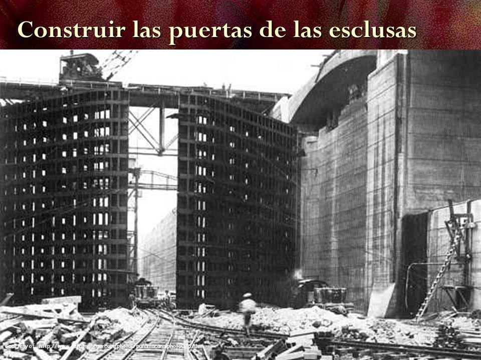 Courtesy of: http://www.canalmuseum.com/photos/panamacanalphoto026.htm Construir las puertas de las esclusas