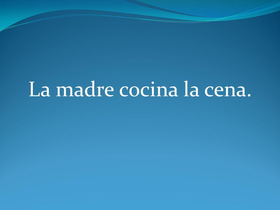 La madre la cocina.