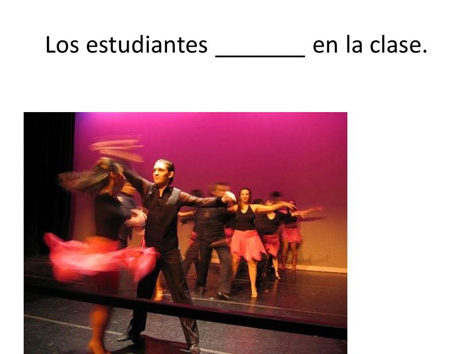 Los estudiantes _______ en la clase.