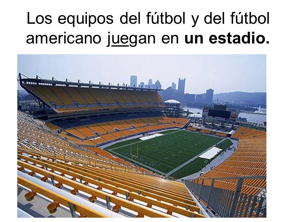 Los equipos del fútbol y del fútbol americano juegan en un estadio.