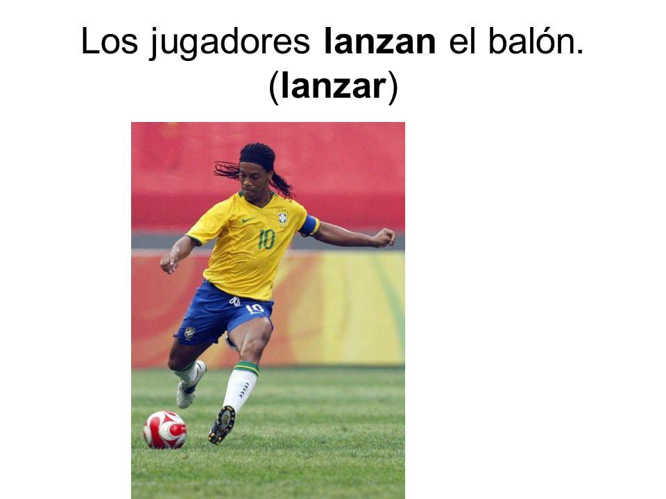Los jugadores lanzan el balón. (lanzar)