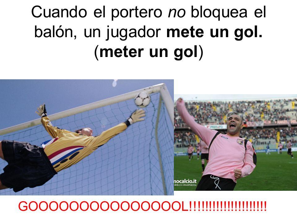 Cuando el portero no bloquea el balón, un jugador mete un gol.