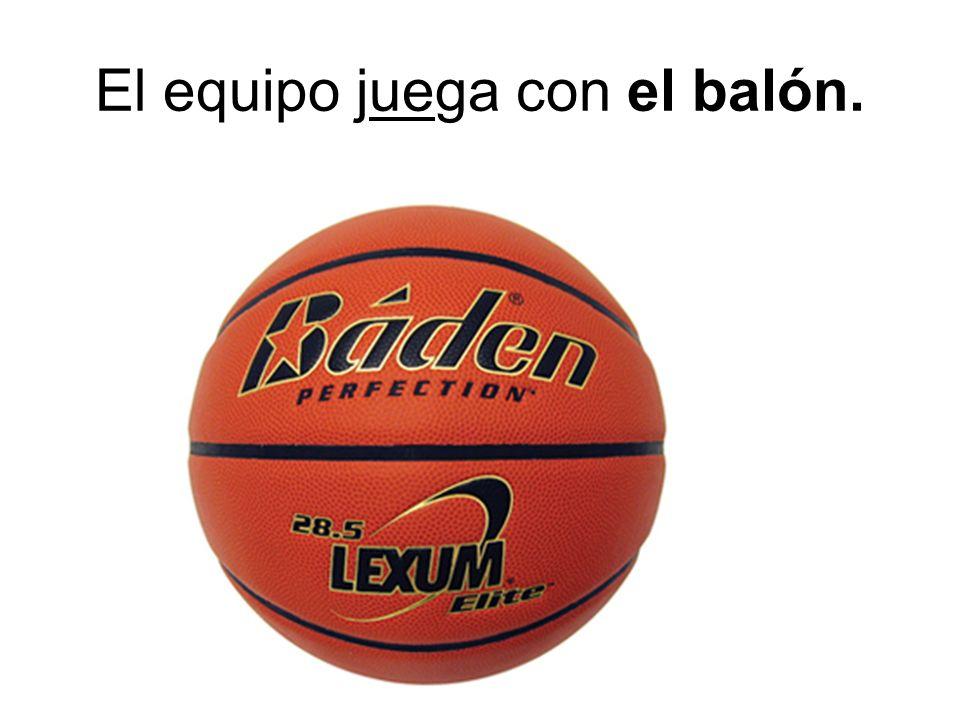 El equipo juega con el balón.